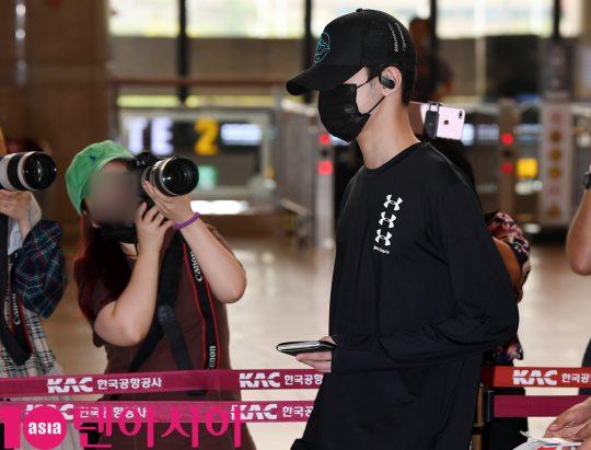 그룹 워너원 출신 라이관린이 8일 오전 해외일정 참석차 김포국제공항을 통해 중국으로 출국하고 있다.