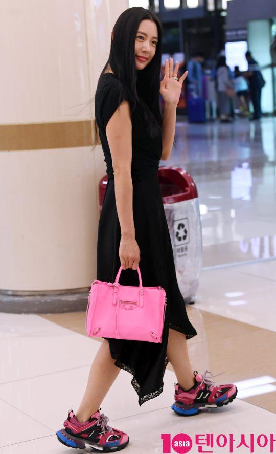 배우 클라라가 8일 오후 해외일정을 마치고차 김포국제공항을 통해 입국하고 있다.