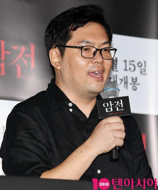 김진원 감독이 8일 오후 서울 한강로3가 CGV 용산아이파크몰점에서 열린 영화 '암전' 언론시사회에 참석하고 있다.