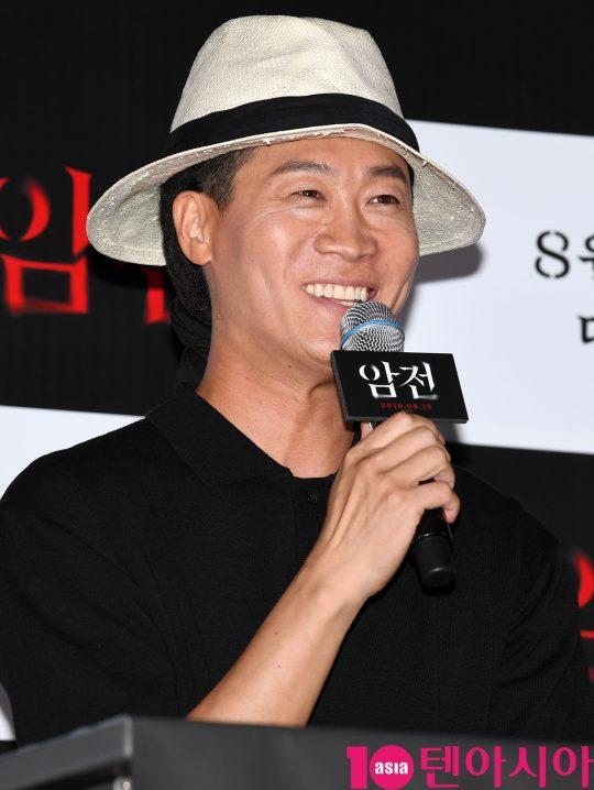 배우 진선규가 8일 오후 서울 한강로3가 CGV 용산아이파크몰점에서 열린 영화 '암전' 언론시사회에 참석하고 있다.