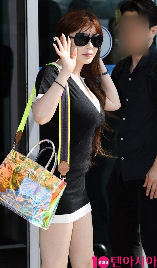 가수 박봄(Park Bom)이 10일 오전 대만 팬미팅 참석차 인천국제공항을 통해 타이페이로 출국하고 있다.