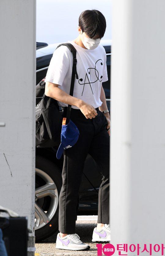 그룹 엑소(EXO) 멤버 수호가 10일 오전 단독 콘서트 'EXO PLANET #5 – EXplOration(엑소 플래닛 #5 – 익스플로레이션)' 콘서트 참석차 인천국제공항을 통해 홍콩으로 출국하고 있다.