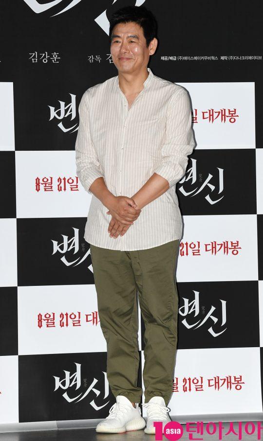 배우 성동일이 12일 오후 서울 자양동 롯데시네마 건대입구점에서 열린 영화 '변신' 언론시사회에 참석하고 있다.