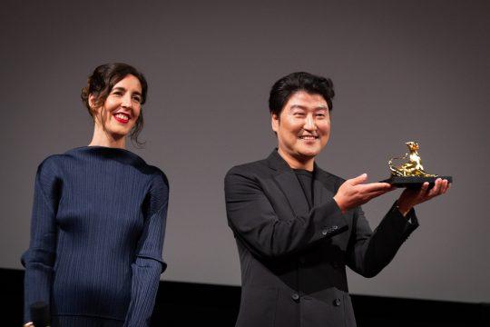 제72회 로카르노 국제 영화제에서에서 배우 송강호가 아시아 배우 최초로 엑설런스 어워드를 수상했다. /사진제공=로카르노국제영화제