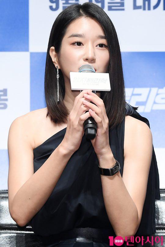 배우 서예지가 13일 오전 서울 신사동 압구정 CGV에서 열린 영화 '양자물리학' 제작보고회에 참석해 인사말을 하고 있다.