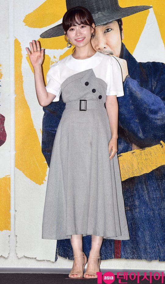 배우 김슬기가 13일 오후 서울 한강로3가 CGV 용산아이파크몰점에서 열린 영화 '광대들:풍문조작단' 언론시사회에 참석하고 있다.