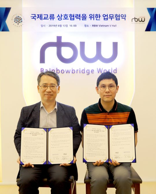RBW의 김진우 대표(오른쪽). / 제공=RBW