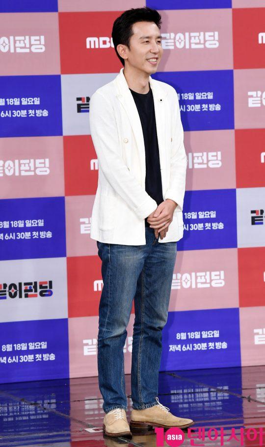 가수 유희열이 14일 오후 서울 상암동 MBC 골든마우스홀에서 열린 MBC 새 예능프로그램 '같이 펀딩' 제작발표회에 참석하고 있다.
