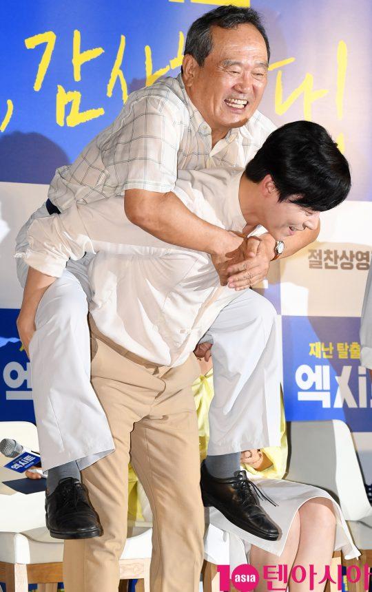 배우 조정석이 14일 오후 서울 송파구 롯데시네마 월드타워에서 열린 영화 '엑시트' 땡큐 쇼케이스에 참석하고 있다.