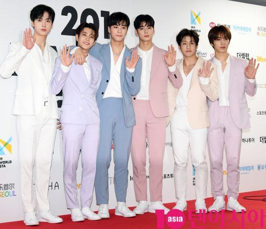 그룹 아스트로가 15일 오후 서울 방이동 올림픽공원 체조경기장에서 열린 2019 케이월드 페스타 레드카펫 행사에 참석하고 있다.