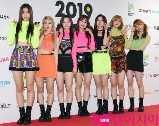 걸그룹 네이처가 15일 오후 서울 방이동 올림픽공원 체조경기장에서 열린 2019 케이월드 페스타 레드카펫 행사에 참석하고 있다.