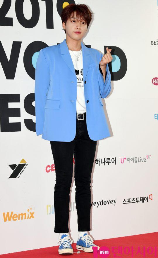 가수 정세훈이 15일 오후 서울 방이동 올림픽공원 체조경기장에서 열린 2019 케이월드 페스타 레드카펫 행사에 참석하고 있다.