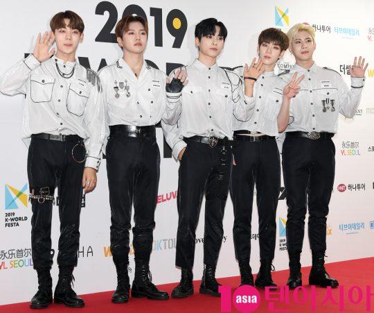 그룹 에이스가 15일 오후 서울 방이동 올림픽공원 체조경기장에서 열린 2019 케이월드 페스타 레드카펫 행사에 참석하고 있다.