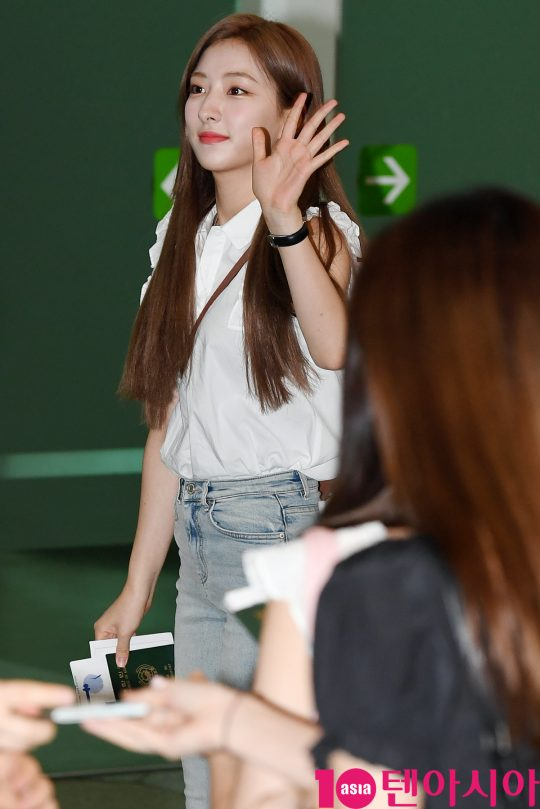 걸그룹 우주소녀(설아, 엑시, 보나, 성소, 은서, 다영, 여름, 다원, 선의, 수빈, 미기, 루다, 연정) 은서가 16일 오전 'WJSN 1ST MINI LIVE #Zepp tour in JAPAN' 참석차 김포국제공항을 통해 일본으로 출국하고 있다.