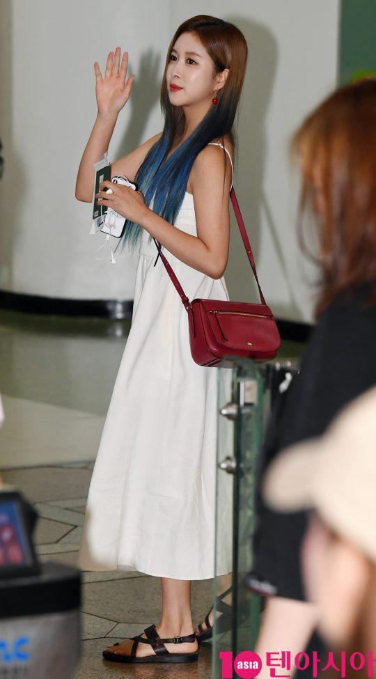 걸그룹 우주소녀(설아, 엑시, 보나, 성소, 은서, 다영, 여름, 다원, 선의, 수빈, 미기, 루다, 연정) 다영이 16일 오전 'WJSN 1ST MINI LIVE #Zepp tour in JAPAN' 참석차 김포국제공항을 통해 일본으로 출국하고 있다.