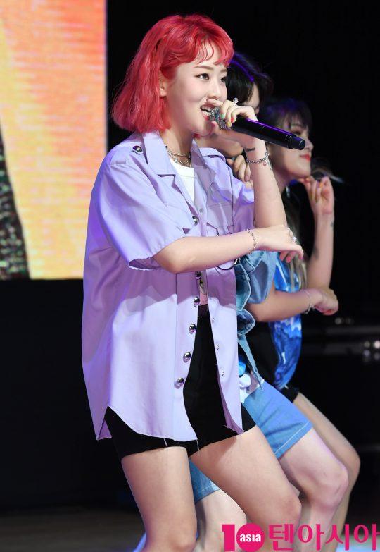 래퍼 키썸이 20일 오후 서울 청담동 일지아트홀에서 열린 4th 미니앨범 'yeah!술(예술)' 발매 기념 쇼케이스에서 멋진공연을 선보이고 있다.