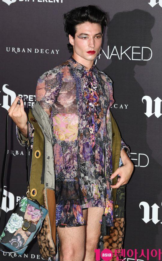 헐리우드 배우 에즈라 밀러 (Ezra miller)가 20일 오후 서울 논현동 논현 SJ 쿤스트할레에서 열린 메이크업 브랜드 어반디케이의 스테이 네이키드 (Stay Naked) 컬렉션 글로벌 런칭 파티에 참석하고 있다.