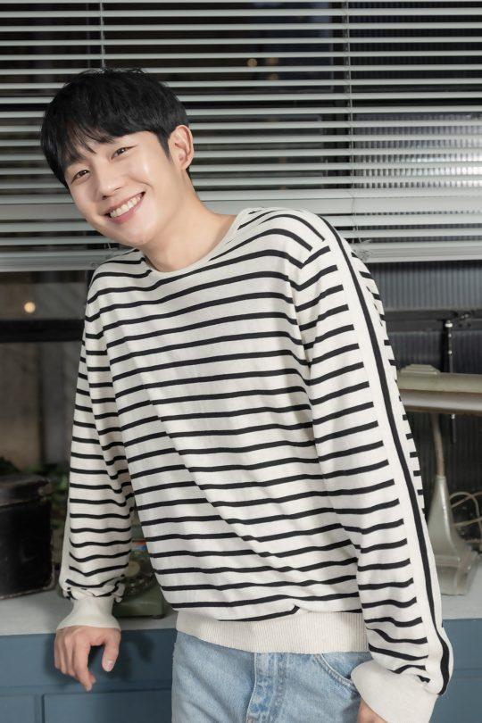 영화 '유열의 음악앨범'에서 라디오 DJ가 바뀌던 날 만난 동갑내기와 사랑에 빠지는 현우를 연기한 배우 정해인. /사진제공=CGV아트하우스