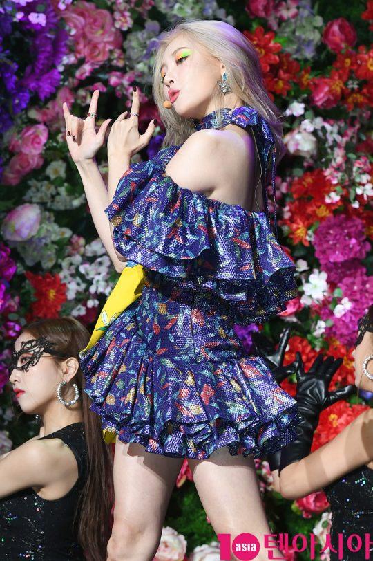 가수 선미가 27일 오후 서울 광장동 예스24 라이브홀에서 열린 싱글 '날라리' 발매 쇼케이스에 참석해 멋진공연을 선보이고 있다.
