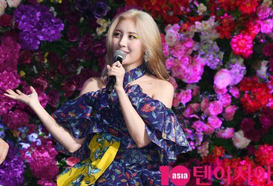 가수 선미가 27일 오후 서울 광장동 예스24 라이브홀에서 열린 싱글 '날라리' 발매 쇼케이스에 참석하고 있다.