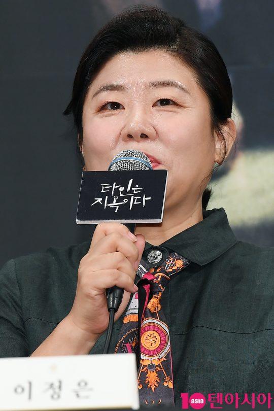 배우 이정은이 28일 오후 서울 임피리얼팰리스호텔에서 열린 OCN 드라마 '타인은 지옥이다' 제작발표회에 참석해 인사말을 하고 있다.