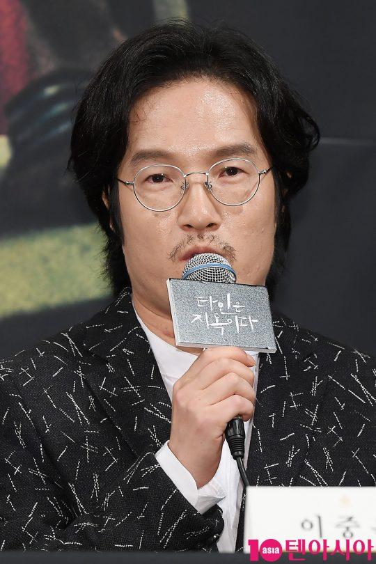 배우 이중옥이 28일 오후 서울 임피리얼팰리스호텔에서 열린 OCN 드라마 '타인은 지옥이다' 제작발표회에 참석해 인사말을 하고 있다.