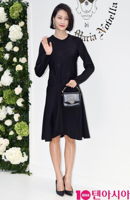 모델 이현이가 29일 오후 서울 한남동 이탈리아 대사관저에서 열린 코스메틱 브랜드 산타 마리아 노벨라 포토콜 행사에 참석하고 있다.