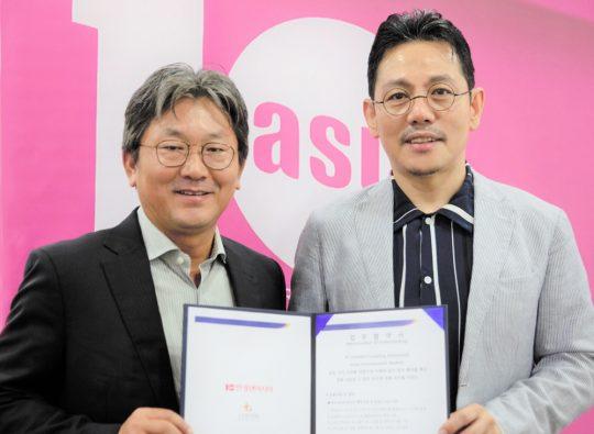 김성현(왼쪽) STM 뚱갈자야(TUNGGAL JAYA·이하 STM) 대표와 유정우 한경텐아시아 대표가 협약 체결 뒤 포즈를 취하고 있다./ 이승현 기자  lsh87@
