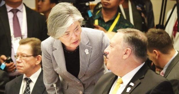 강경화 외교부 장관(왼쪽)이 지난 2일 태국 방콕에서 열린 아세안지역안보포럼(ARF)에서 마이크 폼페이오 미국 국무장관과 대화하고 있다.     /ARF 홈페이지
