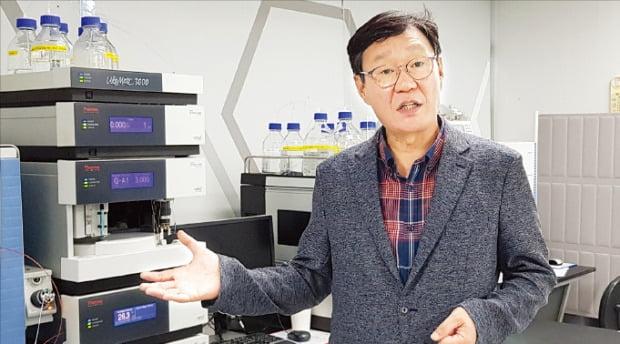 정재준 아리바이오 대표가 개발 중인 신약 후보물질을 설명하고 있다.  /박상익 기자