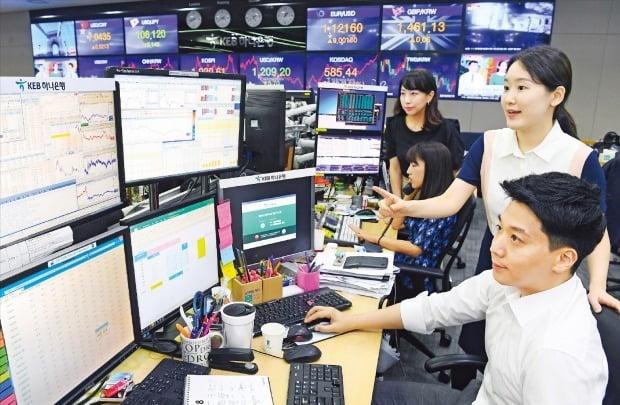 KED하나은행 외환 딜러들이 지난 8일 서울 중구에 있는 본사 딜링룸에서 대내외 변수에 따라 시시각각 급변하는 환율 추이를 주시하고 있다. 강은구 기자 egkang@hankyung.com