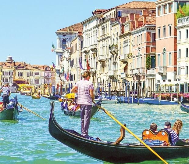 낭만적인 물의 도시 이탈리아 베네치아의 명물 곤돌라. 바다 위에 떠 있는 듯한 중세의 고풍스러운 건축물과 어우러져 한 폭의 그림 같은 풍경을 자아낸다.