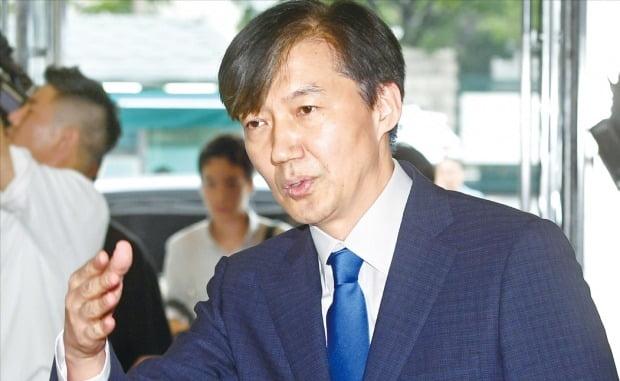 9일 법무부 장관으로 지명된 조국 전 청와대 민정수석이 인사청문회 준비 사무실이 마련된 서울 종로구 적선동 현대빌딩에 들어서고 있다.  /허문찬 기자 sweat@hankyung.com