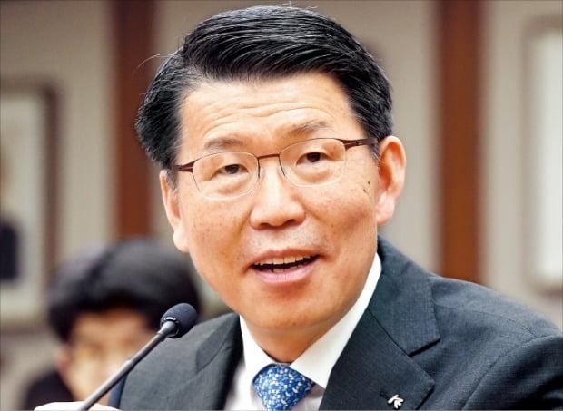 """금융위원장에 내정된 은성수 한국수출입은행장은 9일 수은 본점에서 열린 기자간담회에서 """"금융산업 발전과 안정의 균형 속에서 혁신을 이루겠다""""고 말했다.  허문찬 기자 sweat@hankyung.com"""