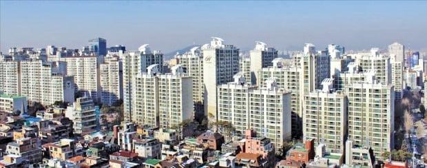 1~2인 가구 증가 등의 영향으로 소형 면적 아파트 가격이 크게 오르고 있다. 전용면적 31㎡가 10억원에 거래된 서울 삼성동 삼성힐스테이트1단지.  /한경DB