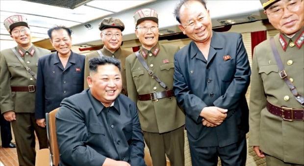 미사일 발사 지켜보는 김정은 조선중앙통신은 11일 전날 함경남도 함흥 일대에서 강행한 미사일 발사와 관련, 김정은이 새 무기의 시험사격을 지도했다고 보도했다.  /연합뉴스