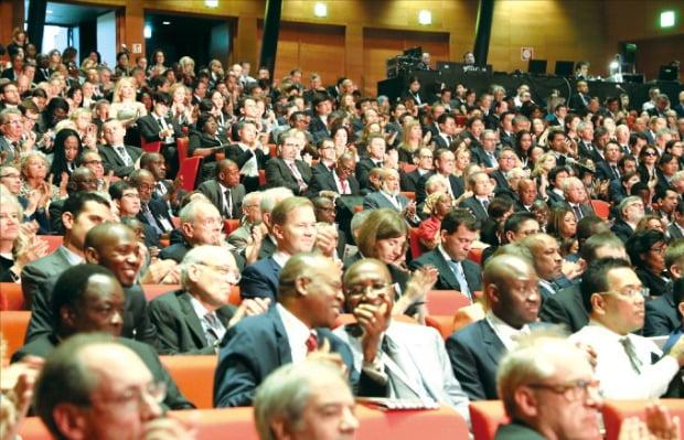'변호사들의 올림픽'으로 불리는 세계변호사협회(IBA) 연차총회가 9월 22~27일 서울 삼성동 코엑스에서 열린다. 작년 10월 이탈리아 로마에서 열린 IBA 총회에서 세계 각국 변호사들이 개회식 연설을 듣고 있다.  /IBA  제공
