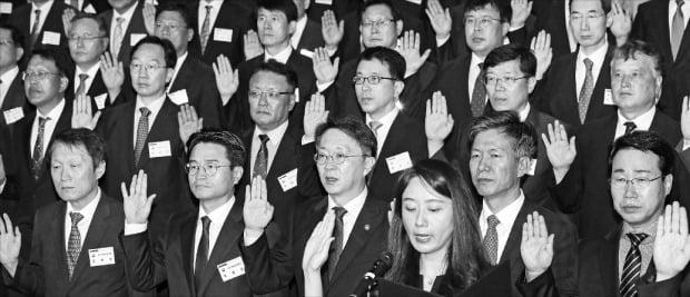 김현준 국세청장(앞줄 왼쪽 세 번째)이 12일 세종 본청에서 열린 전국 세무관서장 회의에서 286명의 세무관서장과 선서를 하고 있다.   /연합뉴스