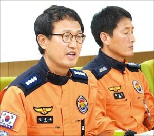 김승룡 소방정(국제구조대 2진 대장·왼쪽)이 13일 정부세종청사 기자회견에서 말하고 있다.