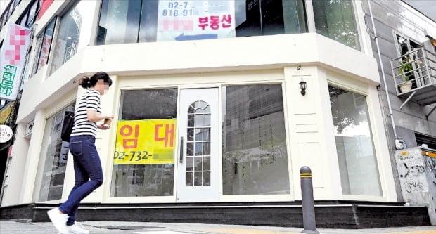 < 소비침체에 텅빈 서울 도심 상가  > 기획재정부는 16일 발표한 경기진단보고서(그린북)에서 역대 최장인 5개월 연속으로 경기가 부진하다는 평가를 내렸다. 소비 침체가 짙어진 가운데 서울 종로의 한 상가에 임차인을 구하는 안내문이 붙어 있다.  /김범준 기자 bjk07@hankyung.com