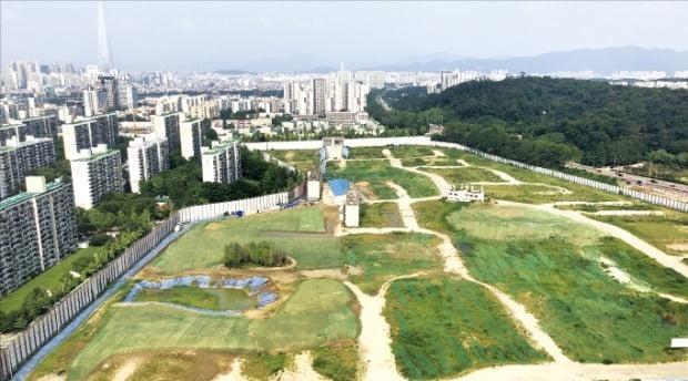 민간택지의 분양가 상한제 적용 등 부동산 규제의 영향으로 서울의 아파트 공급이 위축될 것이라는 전망에 무게가 실리고 있다. 재건축사업이 진행 중인 강남의 한 아파트단지.  /한경DB