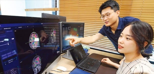 인공지능(AI) 기반 의료기기업체인 뷰노의 창업자 정규환 기술이사(뒤쪽)가 의료영상 데이터를 분석하고 있다. /강은구  기자  egkang@hankyung.com