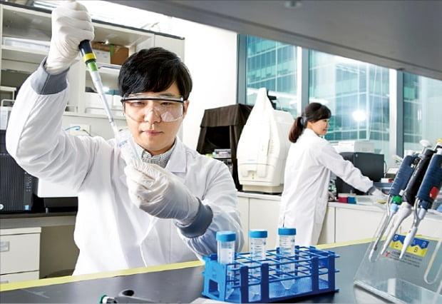 유한양행 연구원이 경기도 기흥 중앙연구소에서 신약 실험을 하고 있다.  /유한양행 제공
