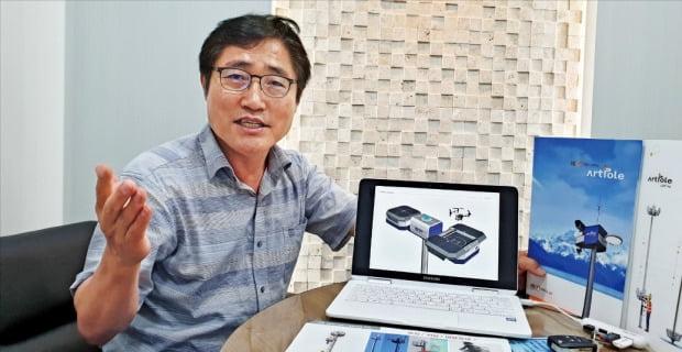 김응욱 이스온 사장이 미래 먹거리로 개발 중인 드론스테이션에 대해 설명하고 있다.  /김낙훈 기자