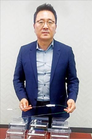 박진형 엠아이텍 대표가 지난 20일 수원광교테크노밸리 에이스광교타워2 R&D센터에서 스텐트 제품에 대해 설명하고 있다.  윤상연 기자