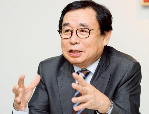 """'홍익·한경 현대미술 CEO 과정'을 총괄하는 이선우 홍익대 미술대학원장은 """"미술에 대한 여러 궁금증을 명쾌하게 풀어줄 것""""이라고 말했다.  강은구 기자 egkang@hankyung.com"""