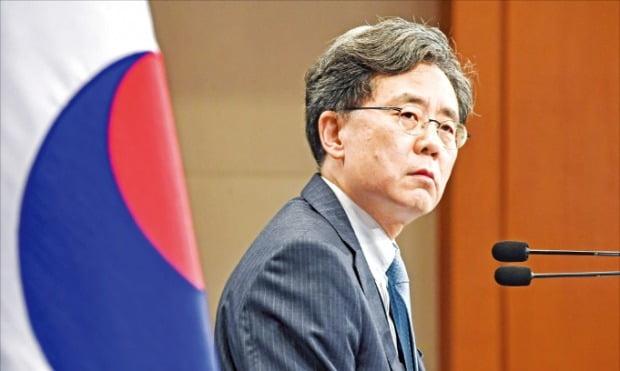 김현종 청와대 국가안보실 2차장이 23일 청와대 춘추관에서 한·일 군사정보보호협정(GSOMIA·지소미아) 종료 결정의 배경을 설명하고 있다.  허문찬 기자 sweat@hankyung.com
