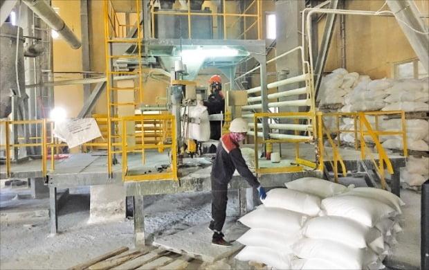 중앙아시아 유일한 소듐 공장인 쿵그라드 공장에서 직원들이 소듐을 포장해 옮기고 있다. /서기열 기자