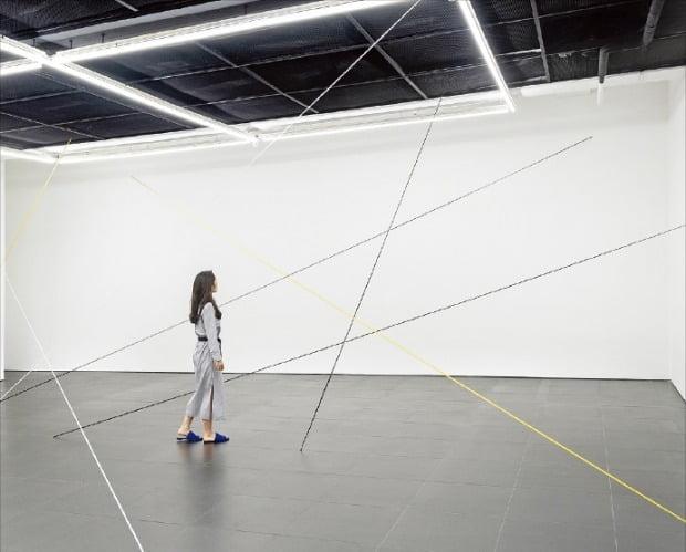서울 사간동 갤러리 현대 전시장을 찾은 관람객이 프레드 샌드백의 '무제'를 감상하고 있다.  /갤러리 현대 제공