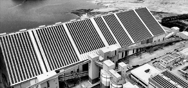 한국중부발전 신보령건설본부에 완공된 지붕형 태양광시설이 설치된 옥내 저탄장.